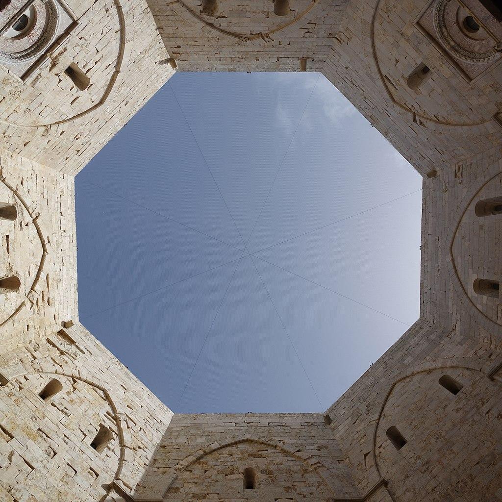 L'ottagono del cortile dal basso. Ph. Credit Francesco Bini