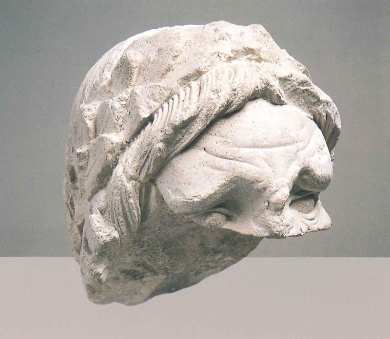 Ignoto scultore, Testa laureata nota anche come Frammento Molajoli (XIII secolo; pietra calcarea, 27 x 24 x 30 cm; Bari, Pinacoteca Corrado Giaquinto)