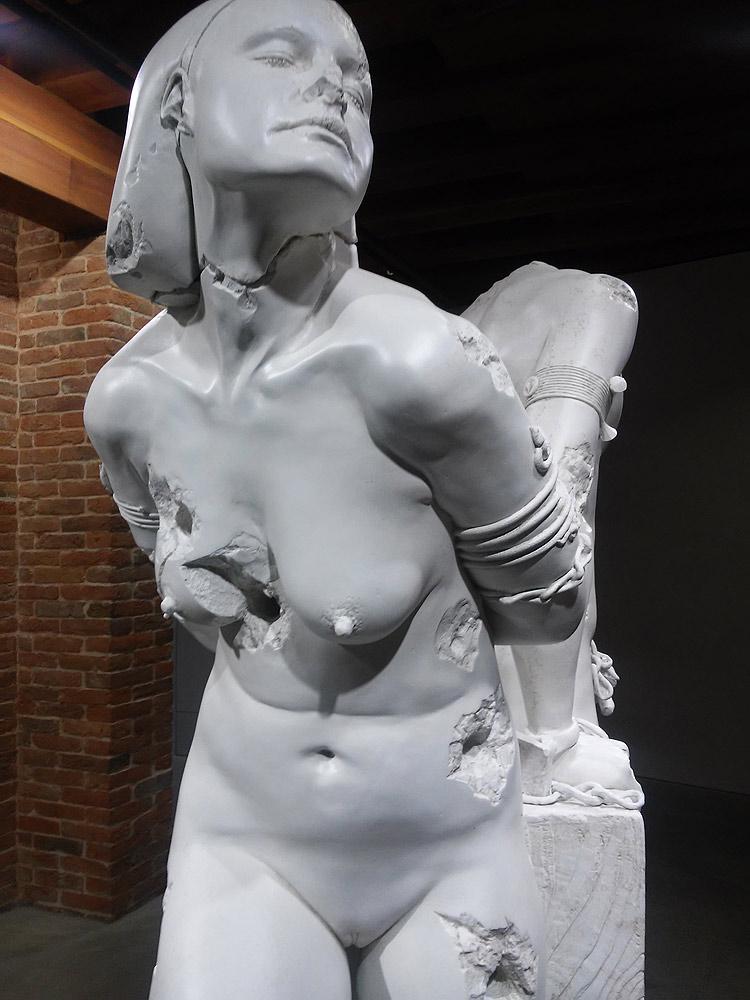 Una delle sculture della mostra Treasures from the wreck of the Unbelievable di Damien Hirst a Venezia nel 2017