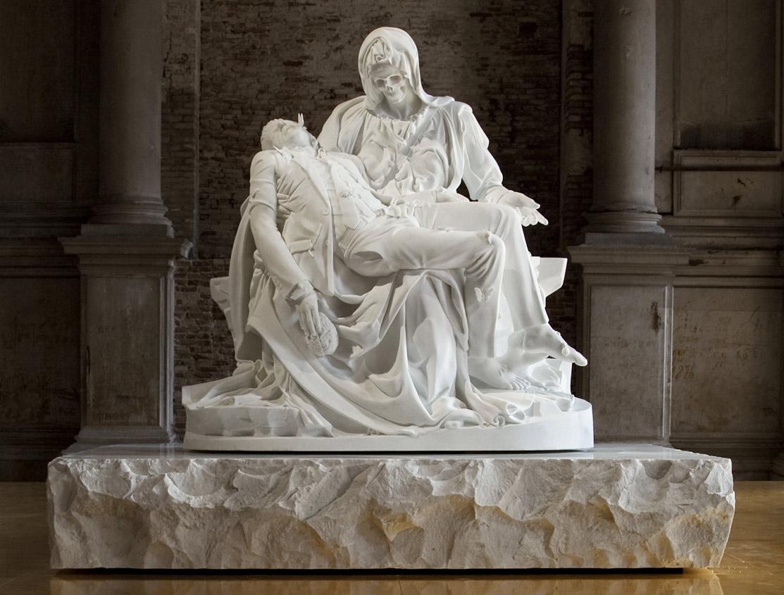 La Pietà in marmo di Jan Fabre