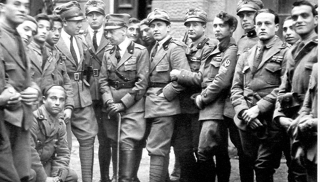 Gabriele d'Annunzio a Fiume con un gruppo di legionari