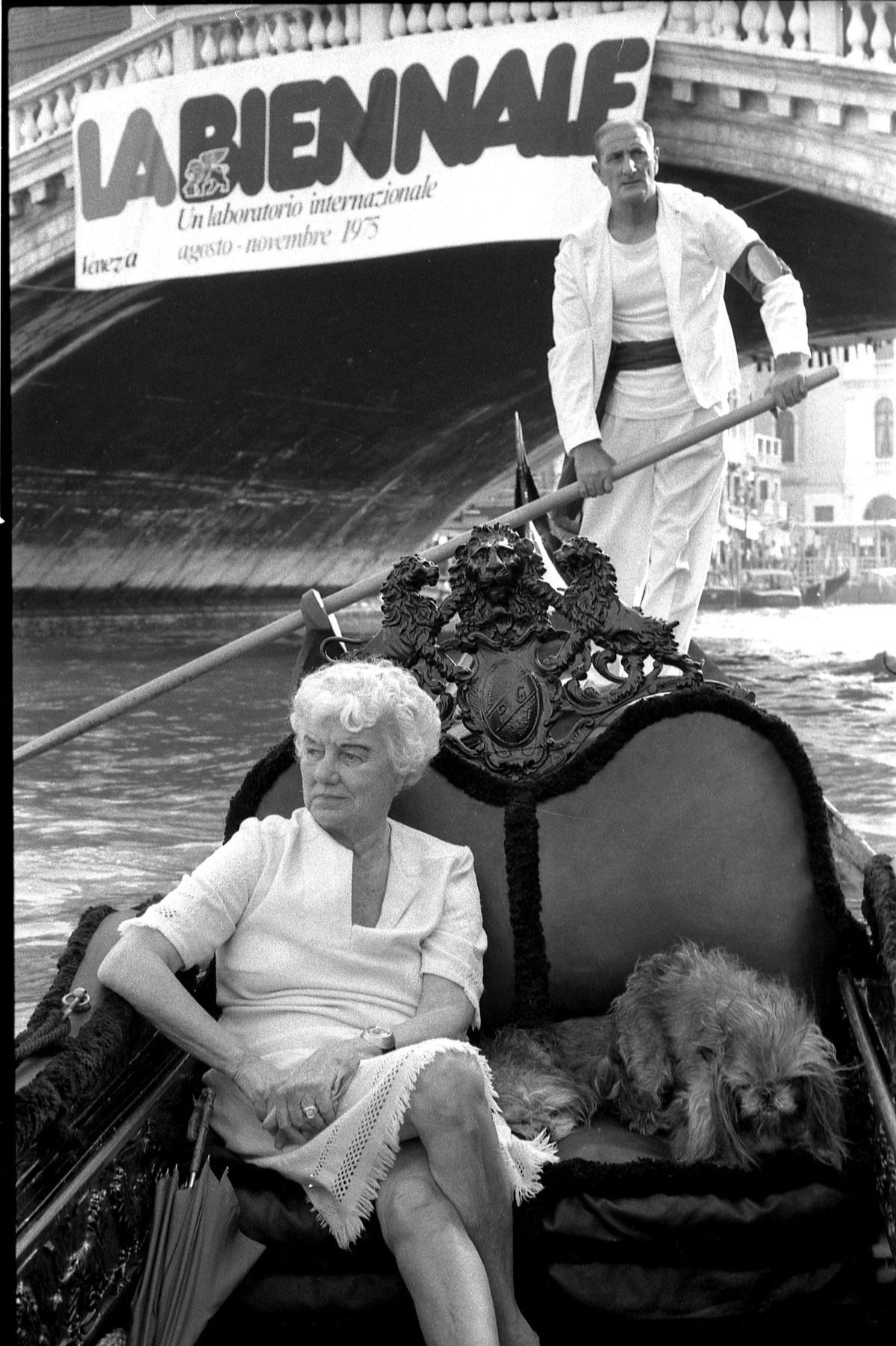 Peggy Guggenheim in gondola sul Canal Grande, Venezia, 1975. © Gianfranco Tagliapietra Interpress Photo.