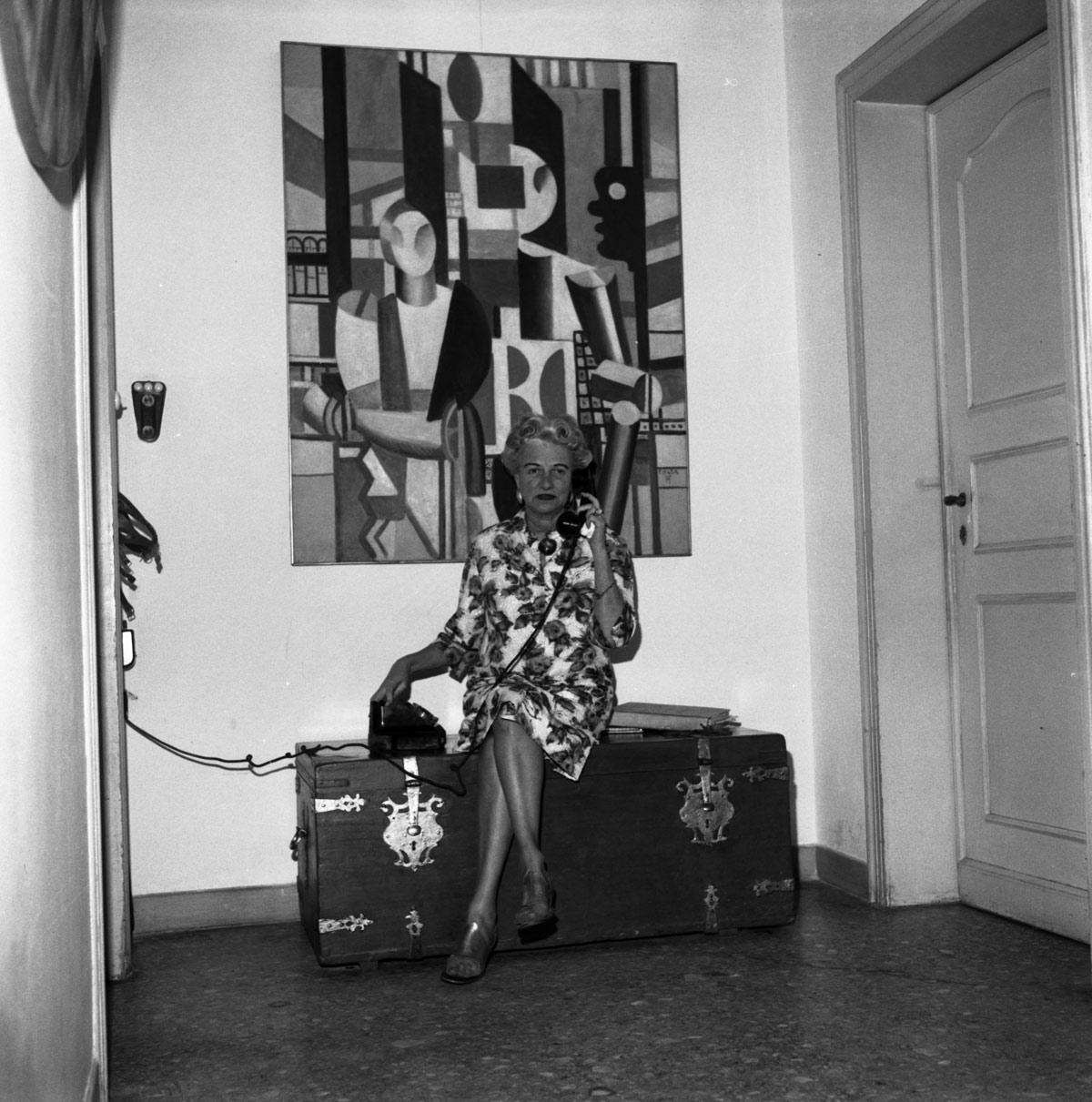 Peggy Guggenheim a Palazzo Venier dei Leoni, Venezia, primi anni Sessanta. Alle sue spalle Fernand Léger, Uomini in città(Les Hommes dans la ville), 1919. Fondazione Solomon R. Guggenheim. Photo Archivio Cameraphoto Epoche. Donazione, Cassa di Risparmio di Venezia, 2005.