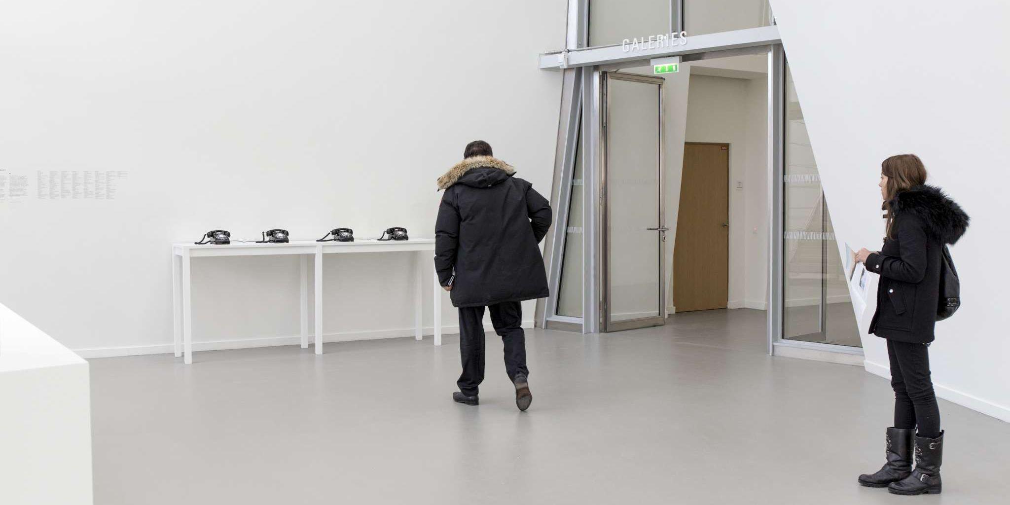John Giorno, Dial-a-poem (1968-2012; quattro telefoni ognuno contenente registrazioni di 80 poeti che leggono 200 poesie proposte in maniera casuale all'ascoltatore, 22 x 26 x 12 cm ciascuno; Parigi, Fondation Louis Vuitton). © John Giorno - Photo Fondation Louis Vuitton / Félix Cornu