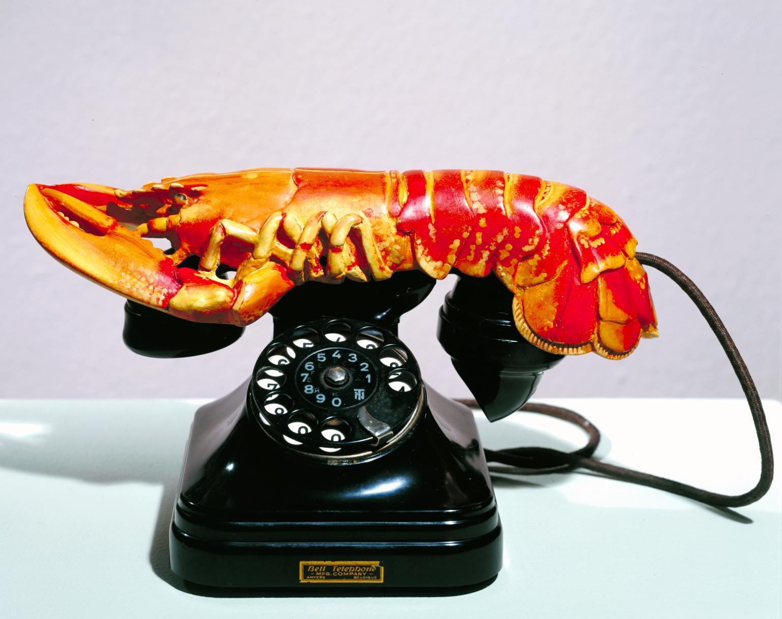 Salvador Dalí, Lobster Phone (1936; acciaio, gesso, gomma, resina e carta, 17,8 x 33 x 17,8 cm; Londra, Tate Modern)