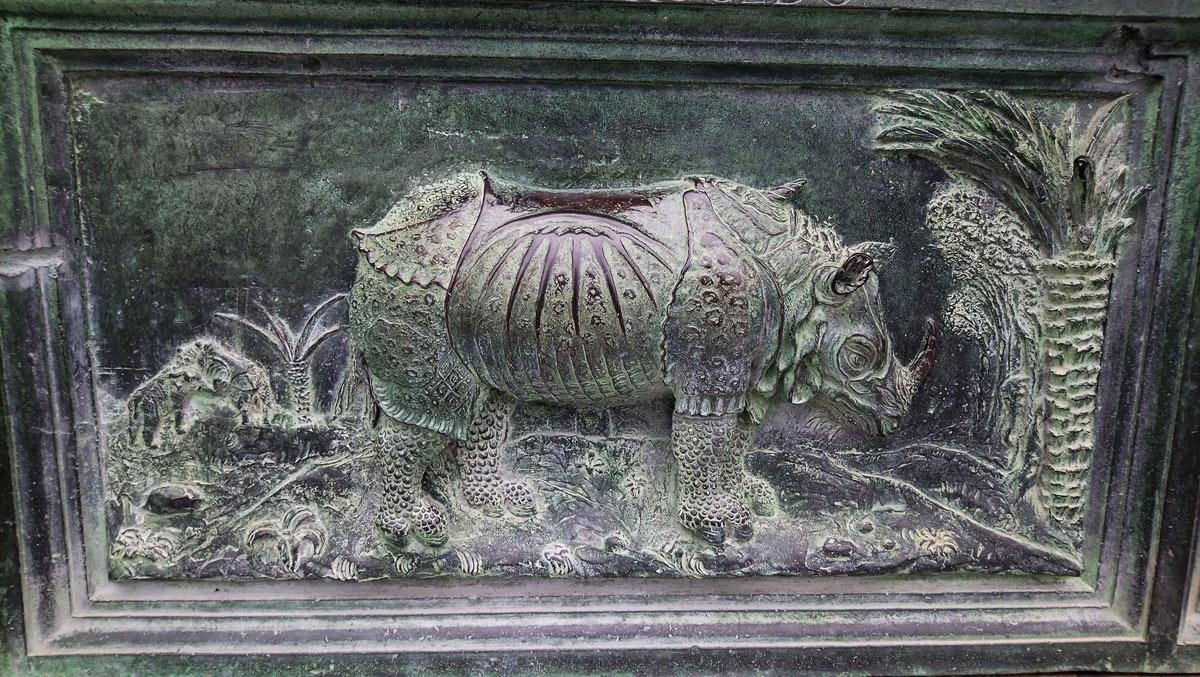 Scuola del Giambologna, Rinoceronte, formella del portale sinistro del Duomo di Pisa (1595; bronzo; Pisa, Duomo)
