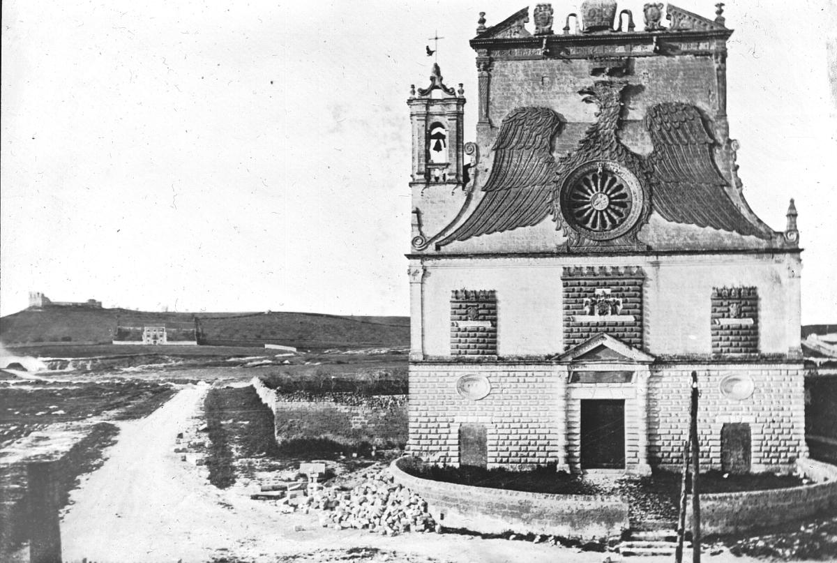 La facciata di Santa Maria della Grazia a Gravina in Puglia nel XIX secolo, in una foto di William Henry Goodyear