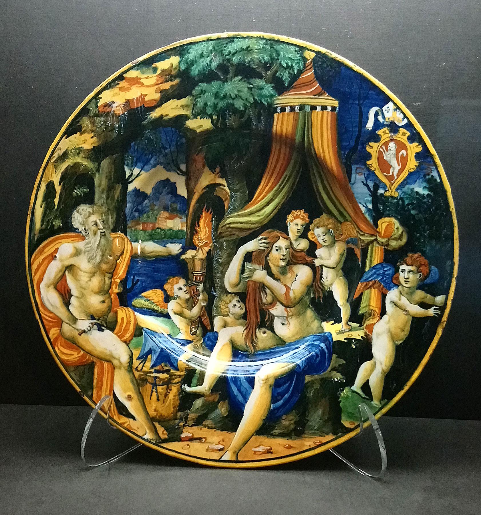 Attribuito alla bottega di Guido Durantino, Piatto con Vulcano, Venere e amorini con lo stemma del vescovo Giacomo Nordi (1535-1540 circa; maiolica, diametro 27,6 cm; Perugia, Fondazione Cassa di Risparmio di Perugia)