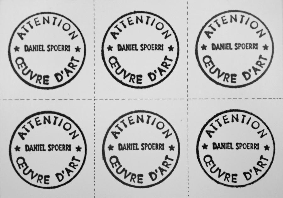 I timbri che Daniel Spoerri apponeva agli alimentari in vendita alla mostra Der Krämerladen del 1961