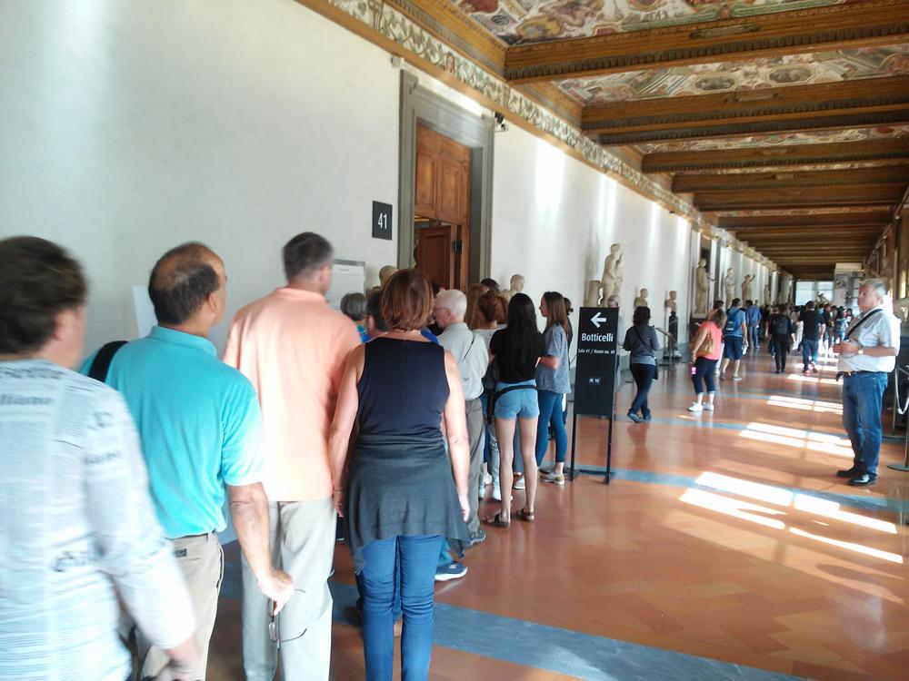 Galleria degli Uffizi, la coda per entrare nella sala di Botticelli
