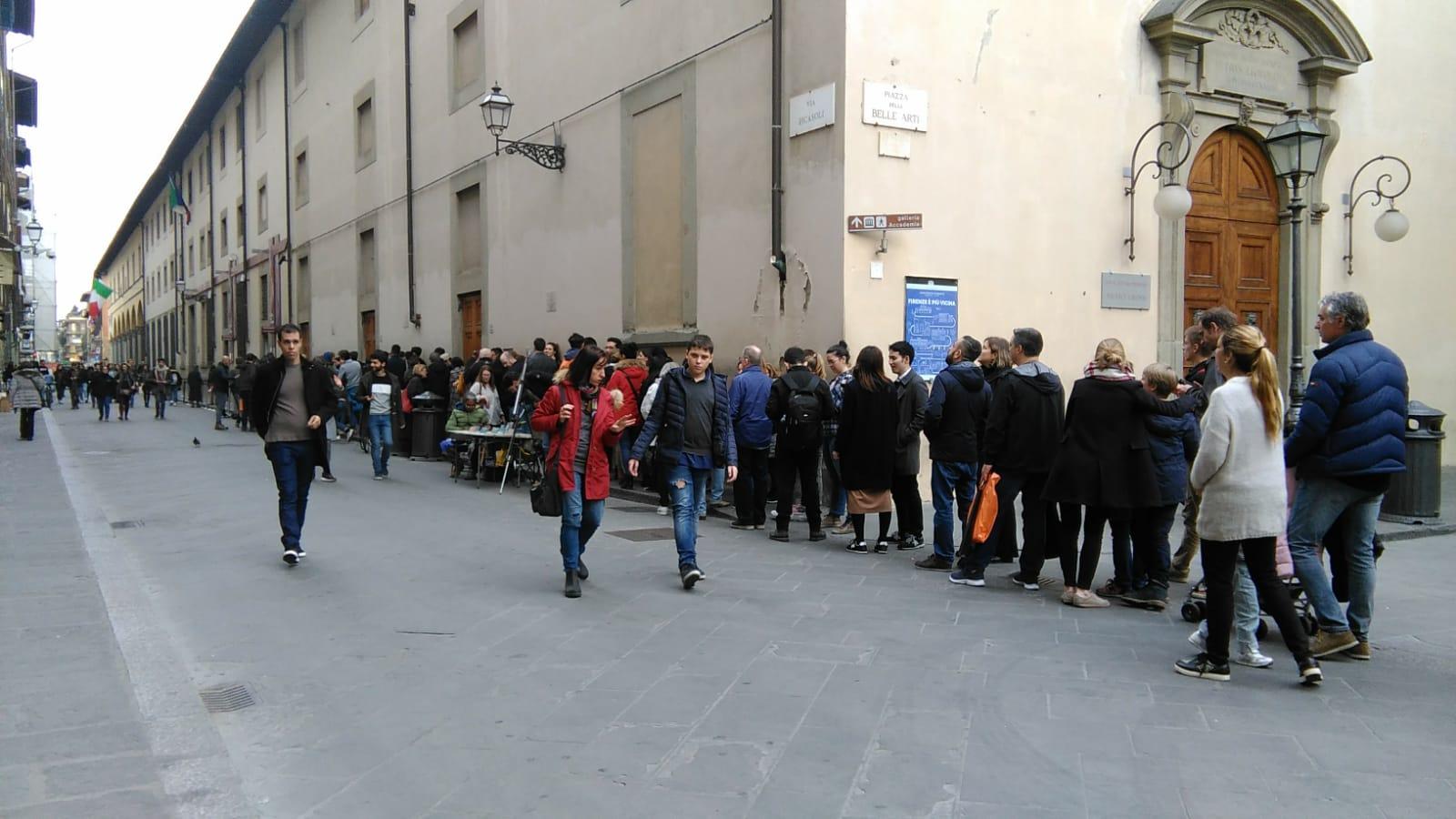 La coda per entrare alla Galleria dell'Accademia di Firenze durante la Settimana dei Musei, giovedì 7 marzo nel primo pomeriggio. Ph. Credit Finestre sull'Arte