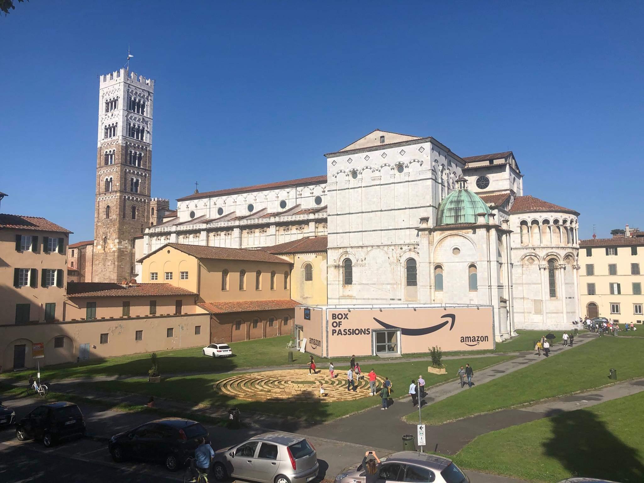 Lucca, zona absidale della Cattedrale trasformata in emoticon con un invasivo box di Amazon