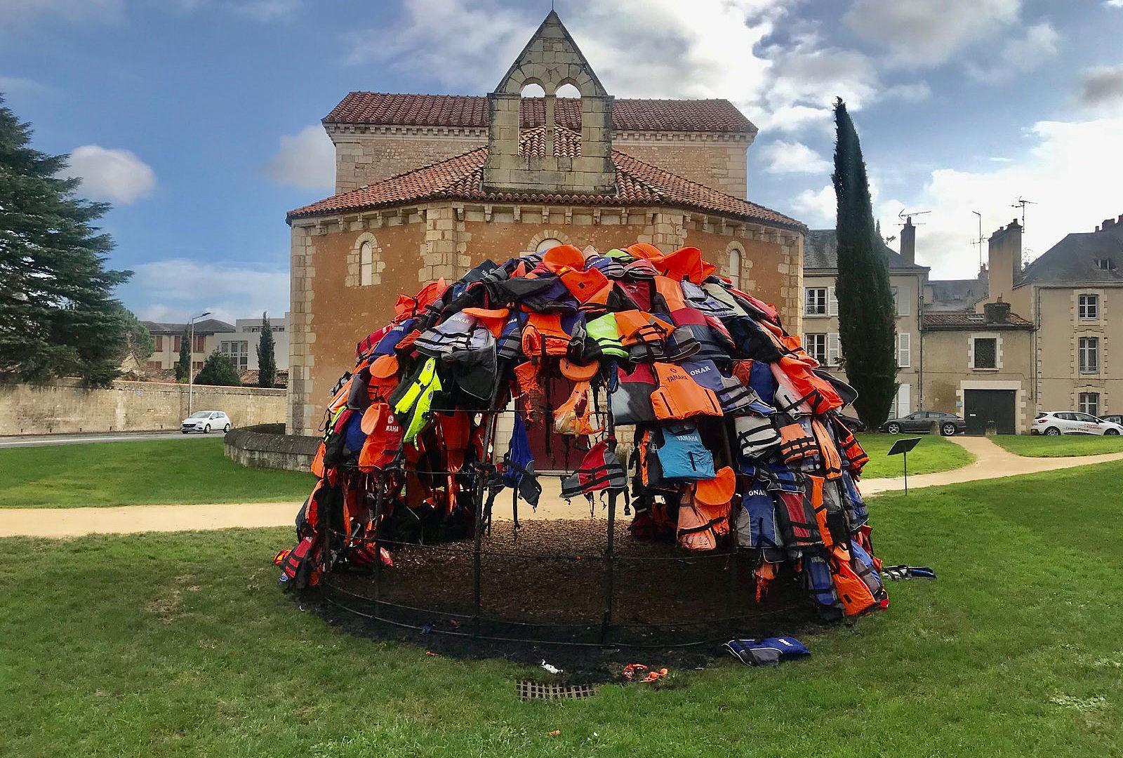 In Francia è stata data alle fiamme un'opera d'arte contemporanea (di un artista 19enne) dedicata ai migranti