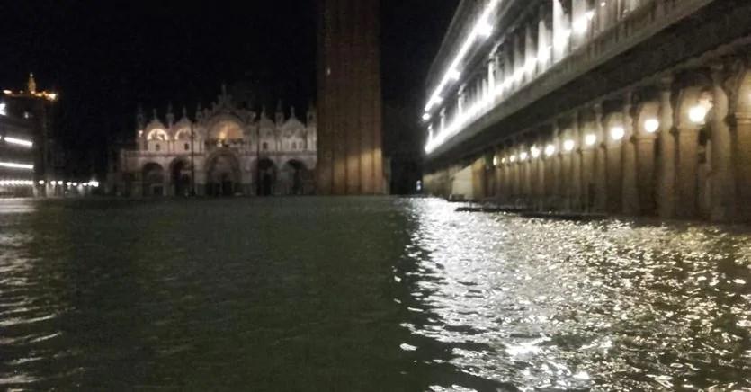 Venezia, l'acqua alta invade la Basilica di San Marco. Si temono gravi danni
