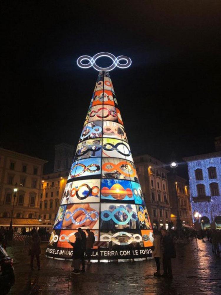 L'albero di Pistoletto illumina Piazza della Repubblica a Firenze