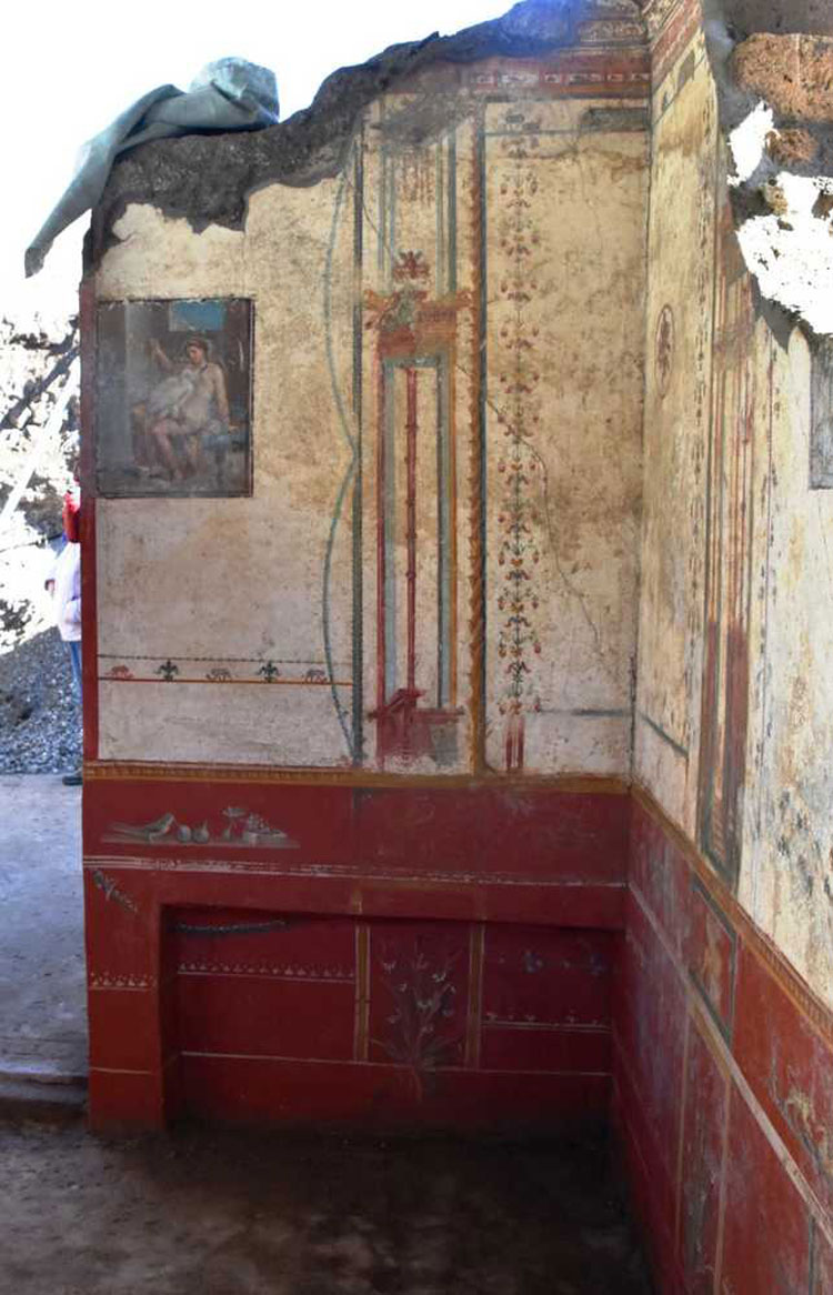 Pompei, riemerge una raffinata alcova affrescata negli scavi della Regio V