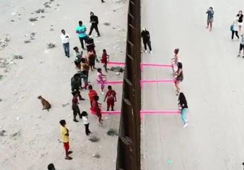 Altalene rosa al confine Usa-Messico: impariamo dai bambini