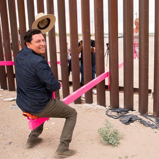 Usa-Messico, altalene rosa per superare il confine