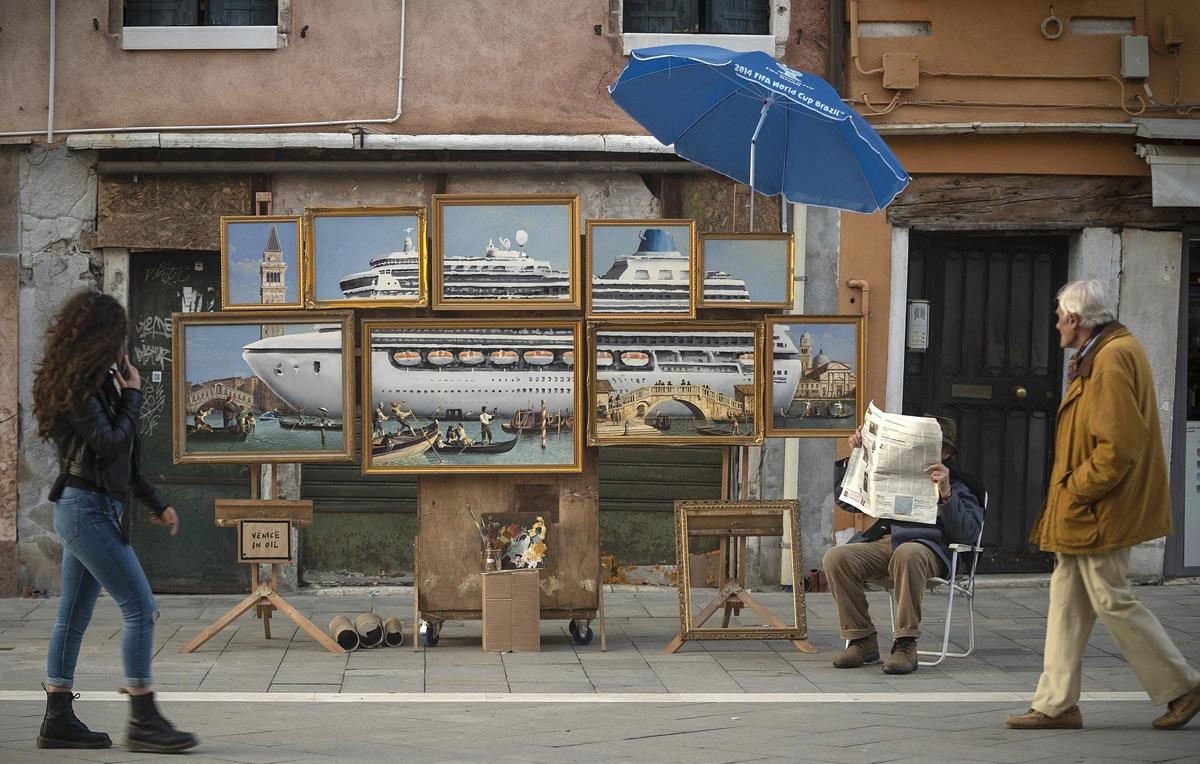 Banksy fa una performance con esposizione in piazza San Marco a Venezia, ma viene cacciato dai vigili