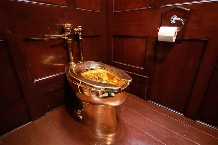 Il wc d'oro di Cattelan rubato in Inghilterra? Forse è già stato fuso
