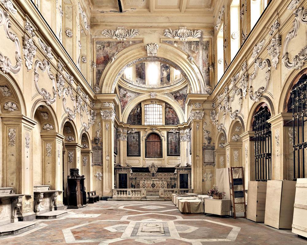 Napoli, crolla il pavimento dietro l'altare nella cinquecentesca chiesa degli Incurabili