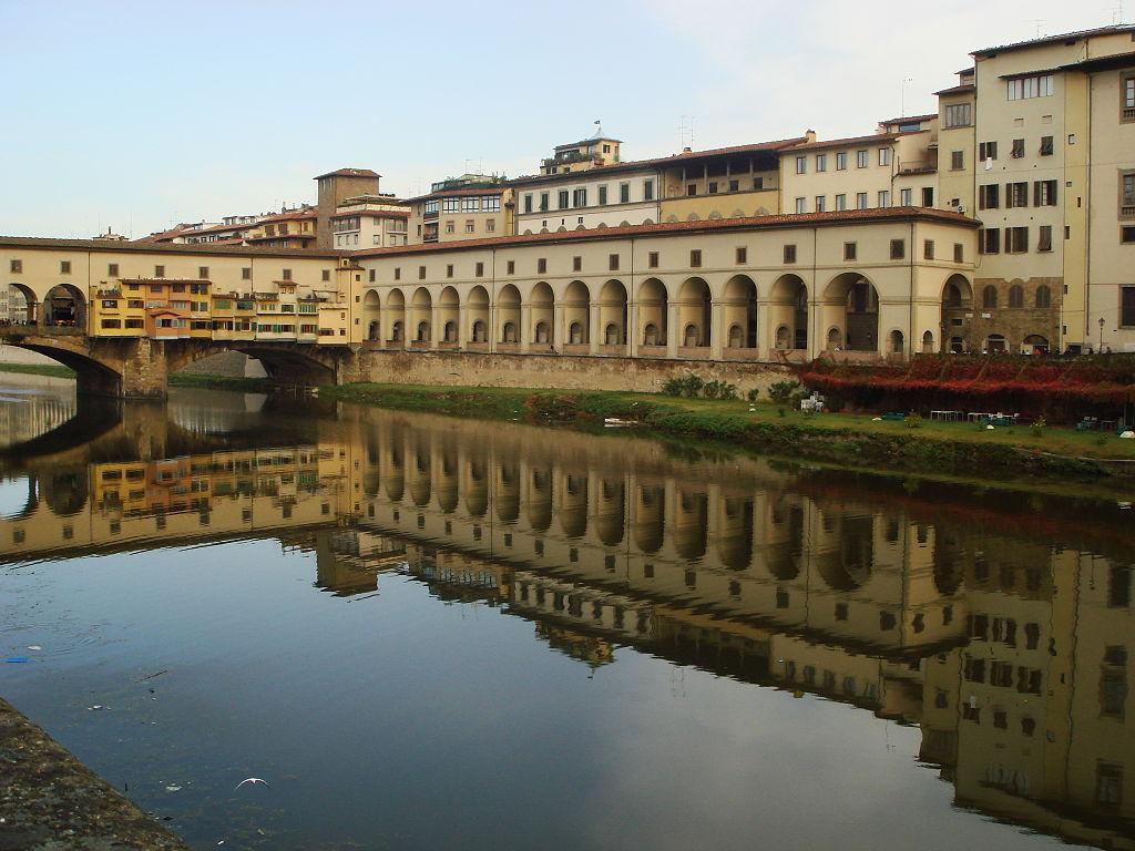 Firenze, imbratta il Corridoio Vasariano per fare una dichiarazione d'amore, 38enne denunciato