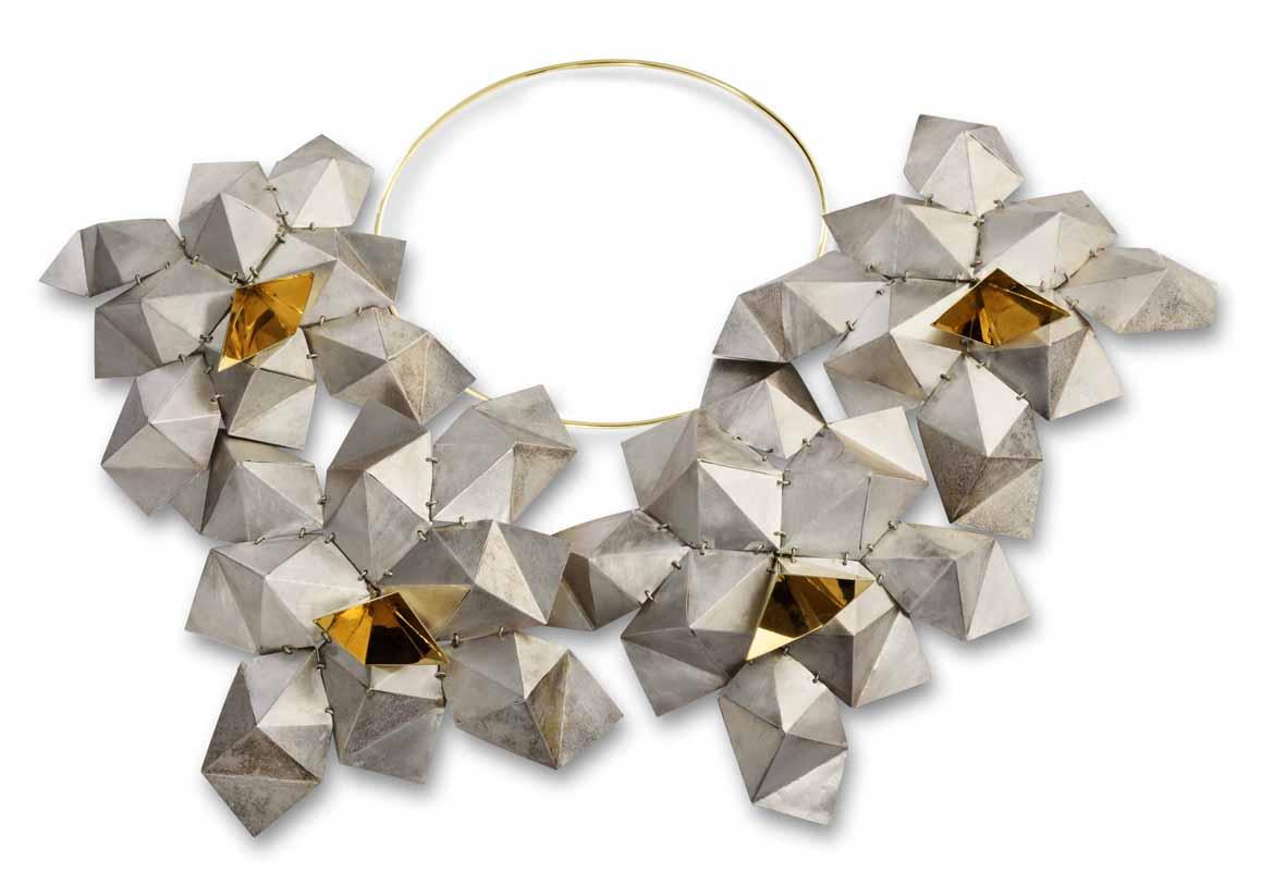 Perché un gioiello raffinato è ritenuto artigianato e non arte? A Ravenna, una mostra prova a rispondere