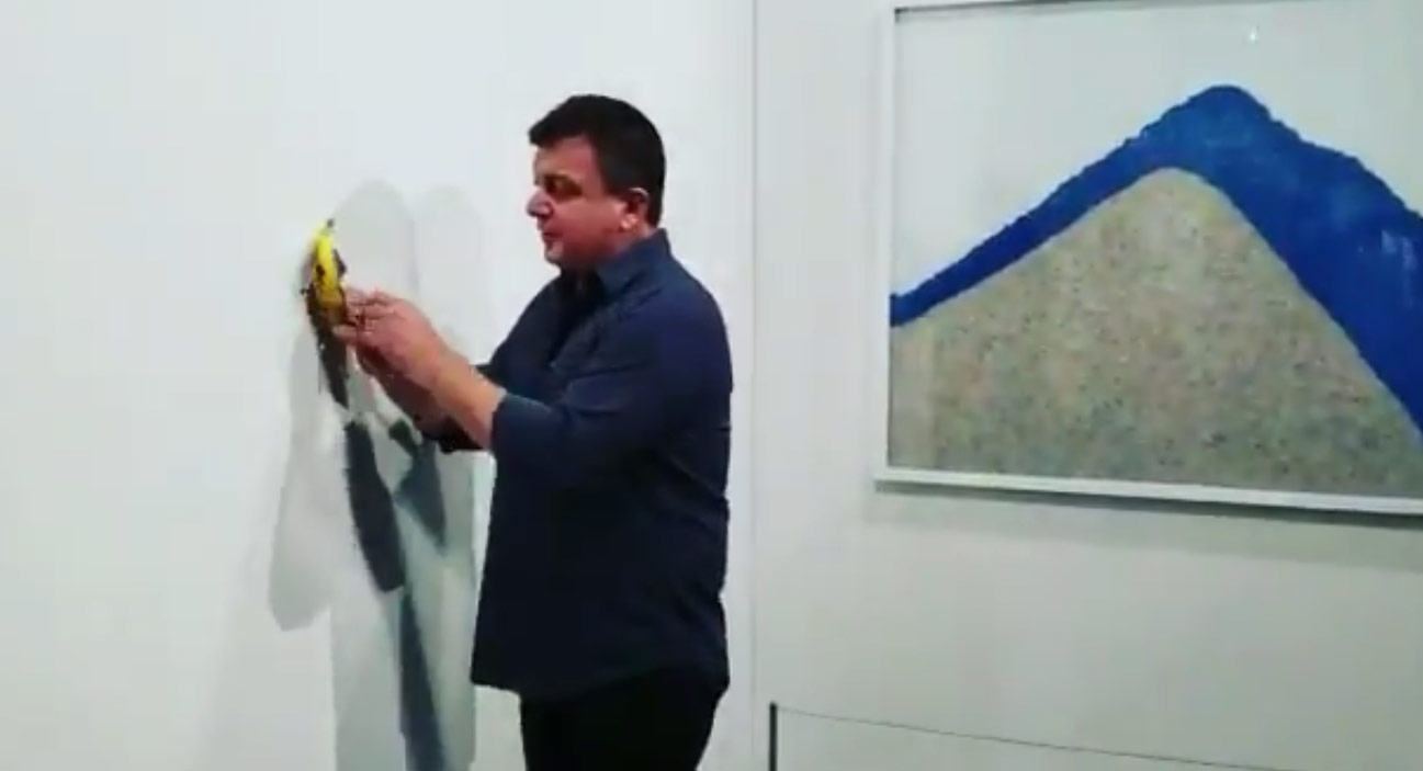 Sorpresa: un artista... affamato si è mangiato la banana di Cattelan a Miami. Il video