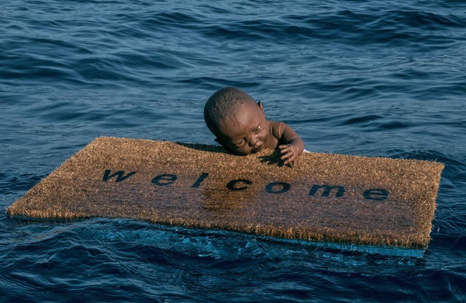 Un neonato che galleggia aggrappato a uno zerbino: è l'installazione di Federico Clapis per i migranti