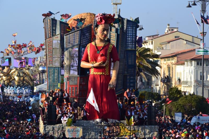 Il Carnevale di Viareggio omaggia Frida Kahlo con un carro di prima categoria