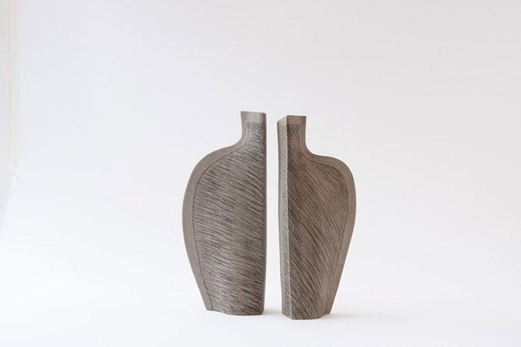 Figure in equilibrio. Ceramiche e carte: la mostra di Guido De Zan a Milano