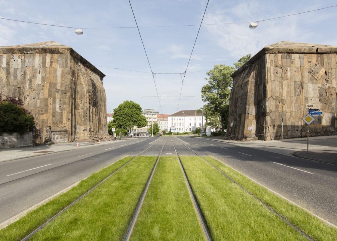 Milano, i caselli neoclassici di Porta Venezia impacchettati da Ibrahim Mahama con sacchi di juta