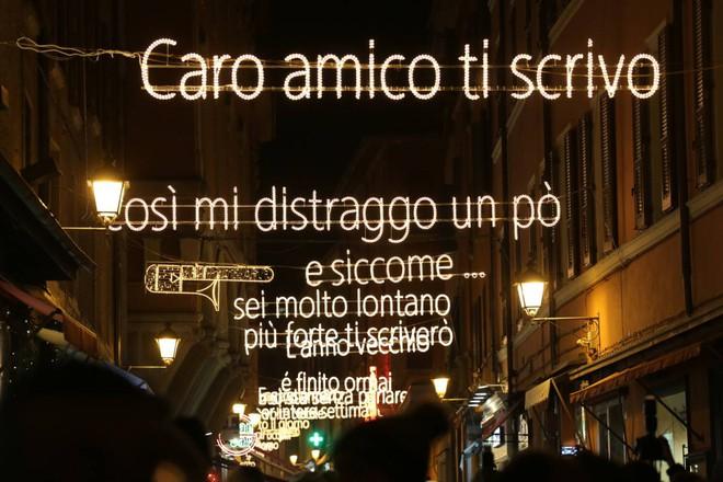 Bologna, le luminarie con i versi di Lucio Dalla vanno all'asta per aiutare i malati di tumore