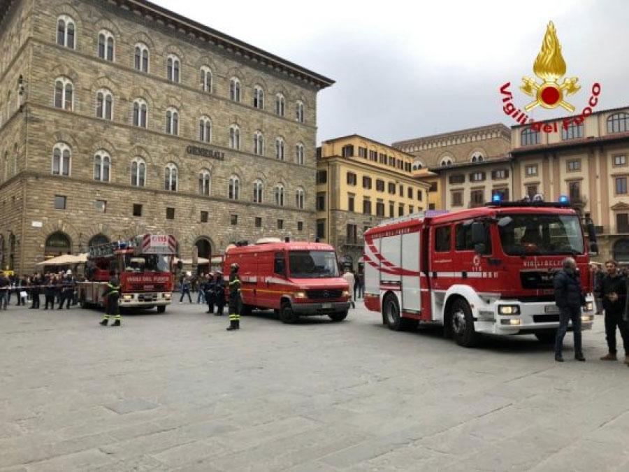 """Firenze, si mette pericolosamente in bilico sulla terrazza degli Uffizi: """"l'ho fatto per diventare famoso"""""""