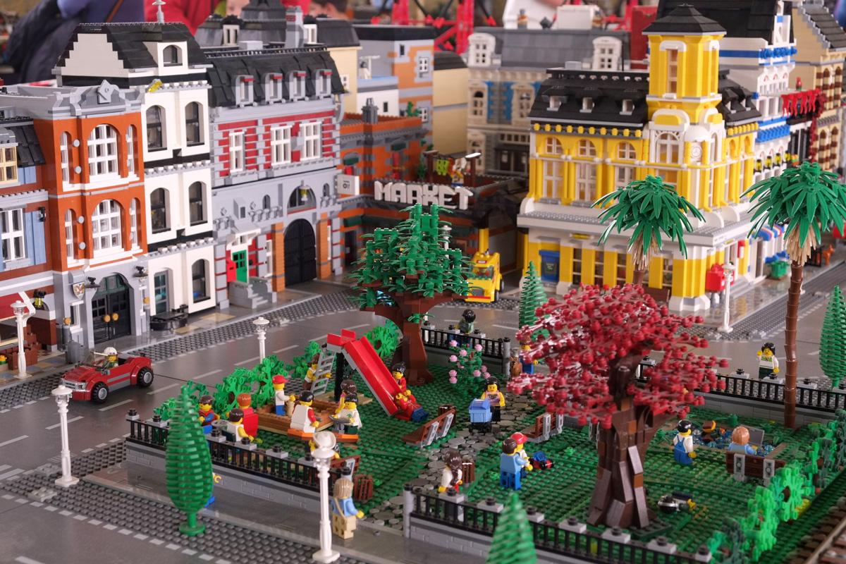 A Milano è stata costruita un'intera città con migliaia di mattoncini Lego