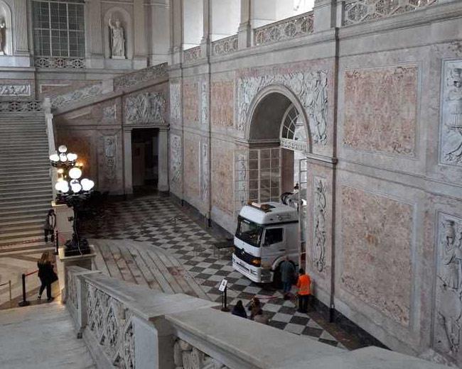 Assurdo a Napoli: un camion entra e si posteggia nel salone d'ingresso di Palazzo Reale, salendo sui marmi