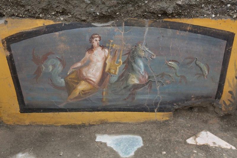 Pompei, altra importante scoperta dai nuovi scavi: emerge un antico... bar, con affresco di Nereide