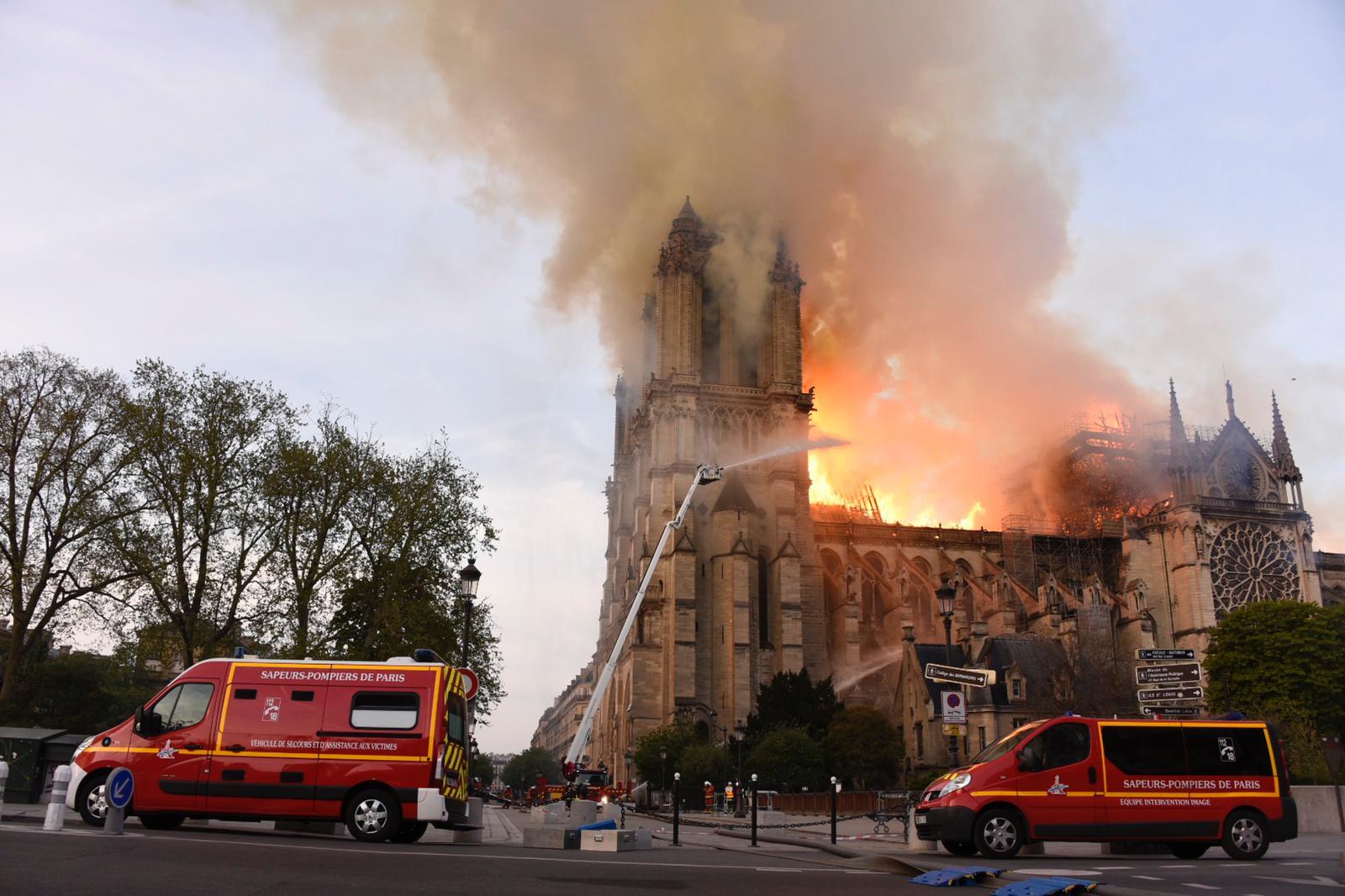 Parigi, brucia Notre-Dame: enorme incendio, il fuoco avvolge la cattedrale, crollata la guglia. Il video in diretta