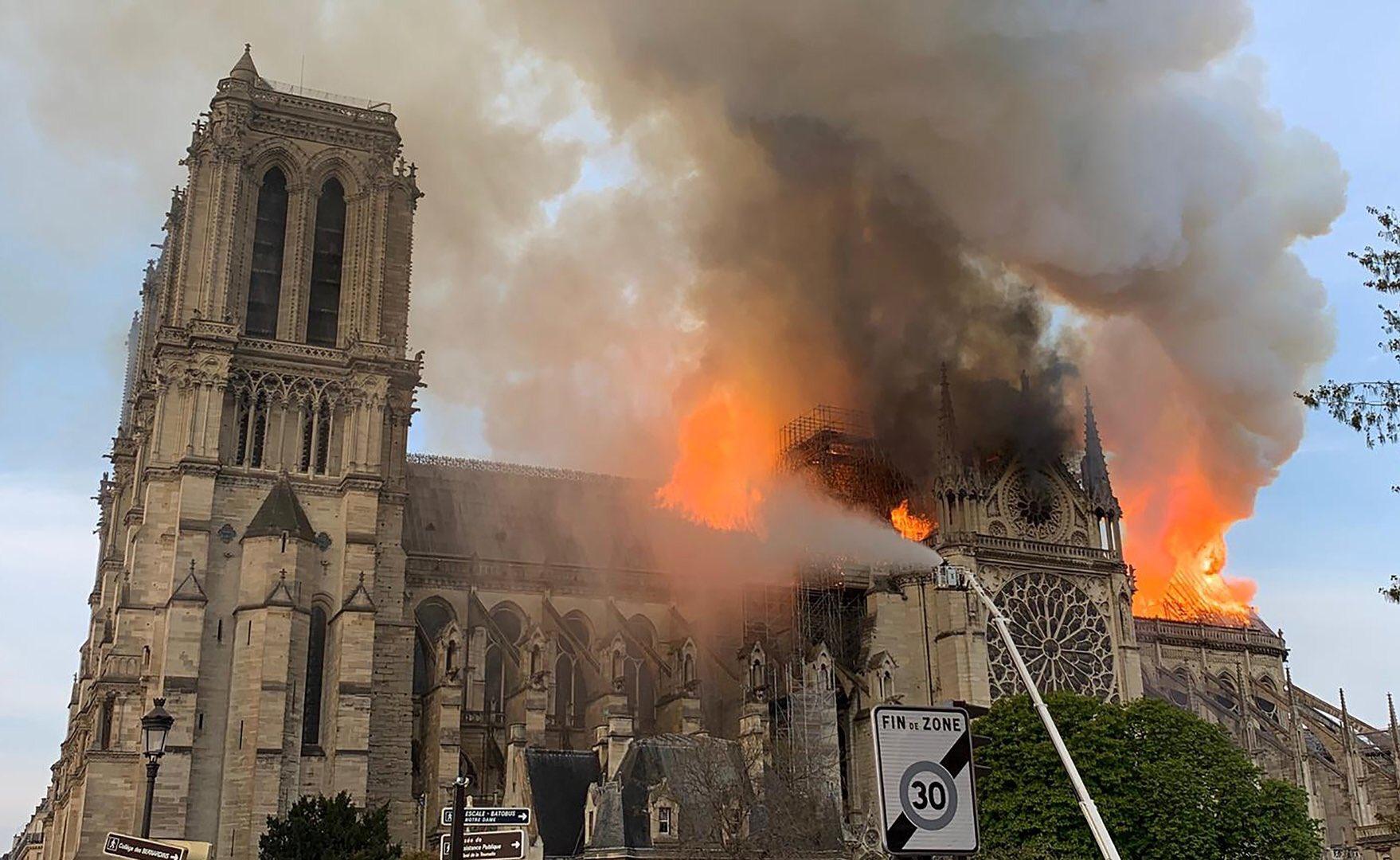 Incendio di Notre-Dame, la struttura è salva. Si lavora per salvare gli oggetti