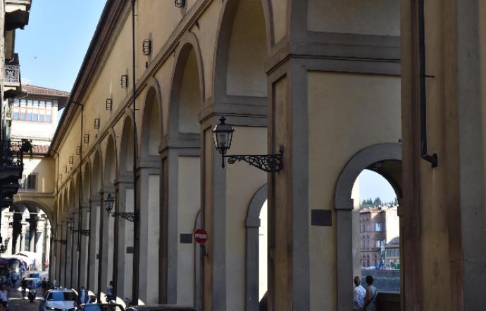 Scrive il proprio nome su colonna del Corridoio Vasariano: denunciata