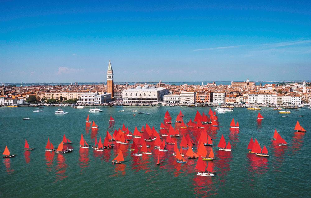 Grande successo per Red Regatta a Venezia. Il 15 settembre la prossima performance sull'acqua