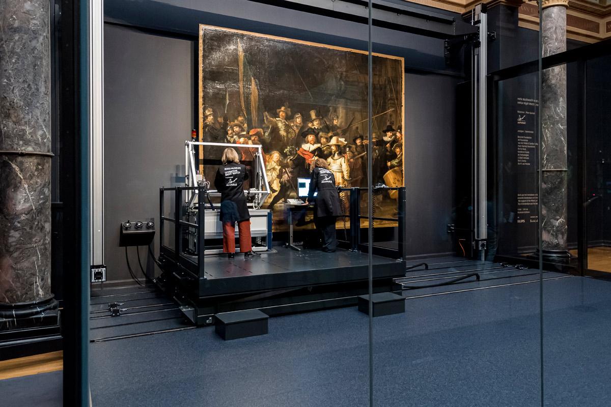 """Ad Amsterdam parte il più grande restauro di sempre sulla """"Ronda di notte"""", il grande capolavoro di Rembrandt. E si può seguire online"""
