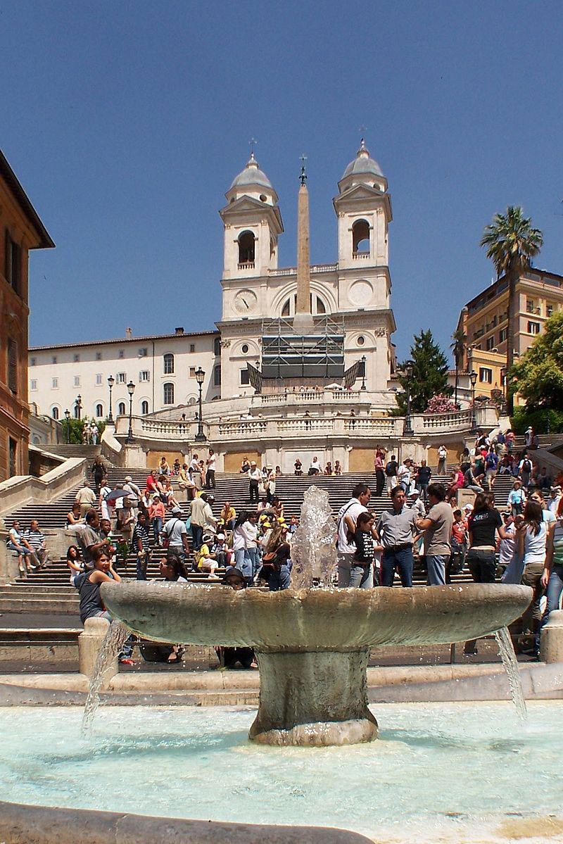 Roma: vietato sedersi e sdraiarsi sulla scalinata di Trinità dei Monti