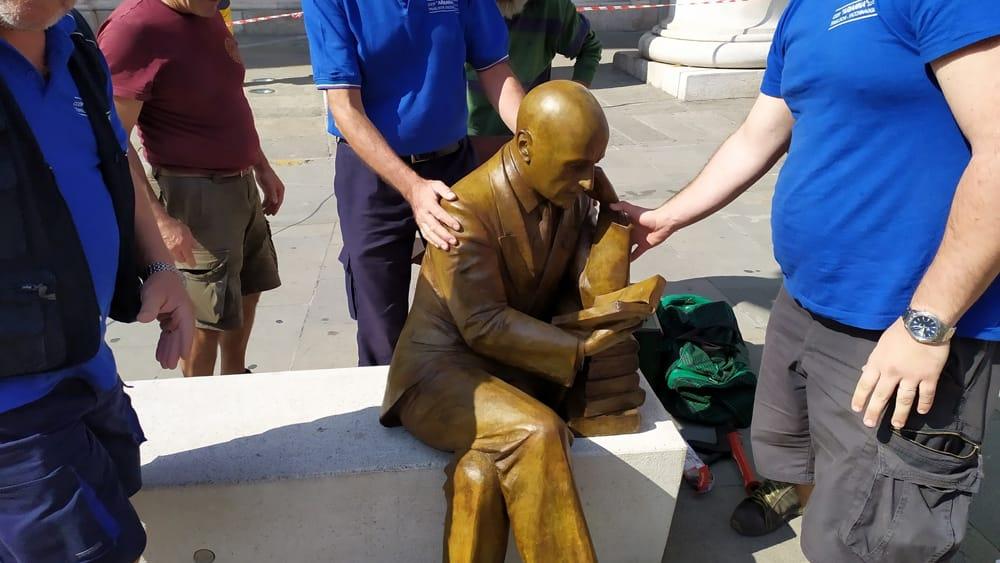 Trieste, installata la criticatissima statua di Gabriele d'Annunzio, nel centenario dell'impresa
