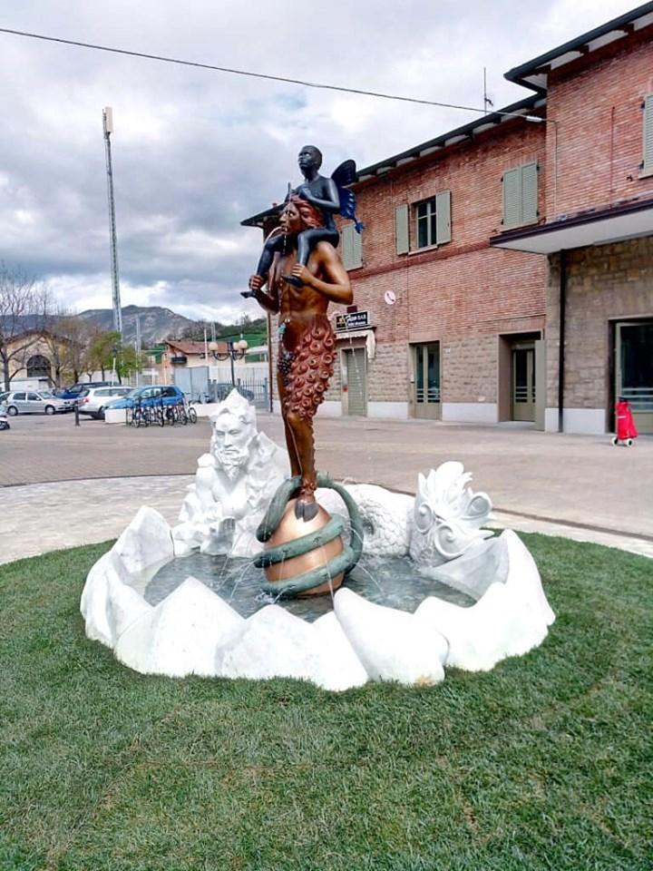 A Vergato oscurantisti imbrattano con letame la statua di Ontani. Ma la comunità reagisce