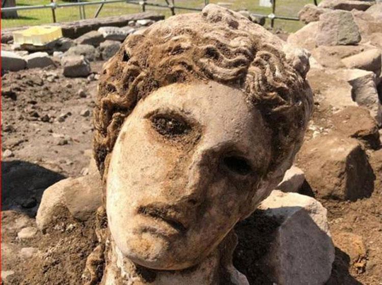 Rinvenuta nei Fori Imperiali una testa in marmo bianco di divinità