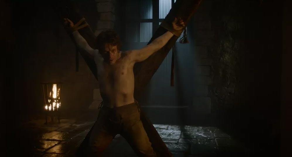 Theon Greyjoy legato alla croce decussata