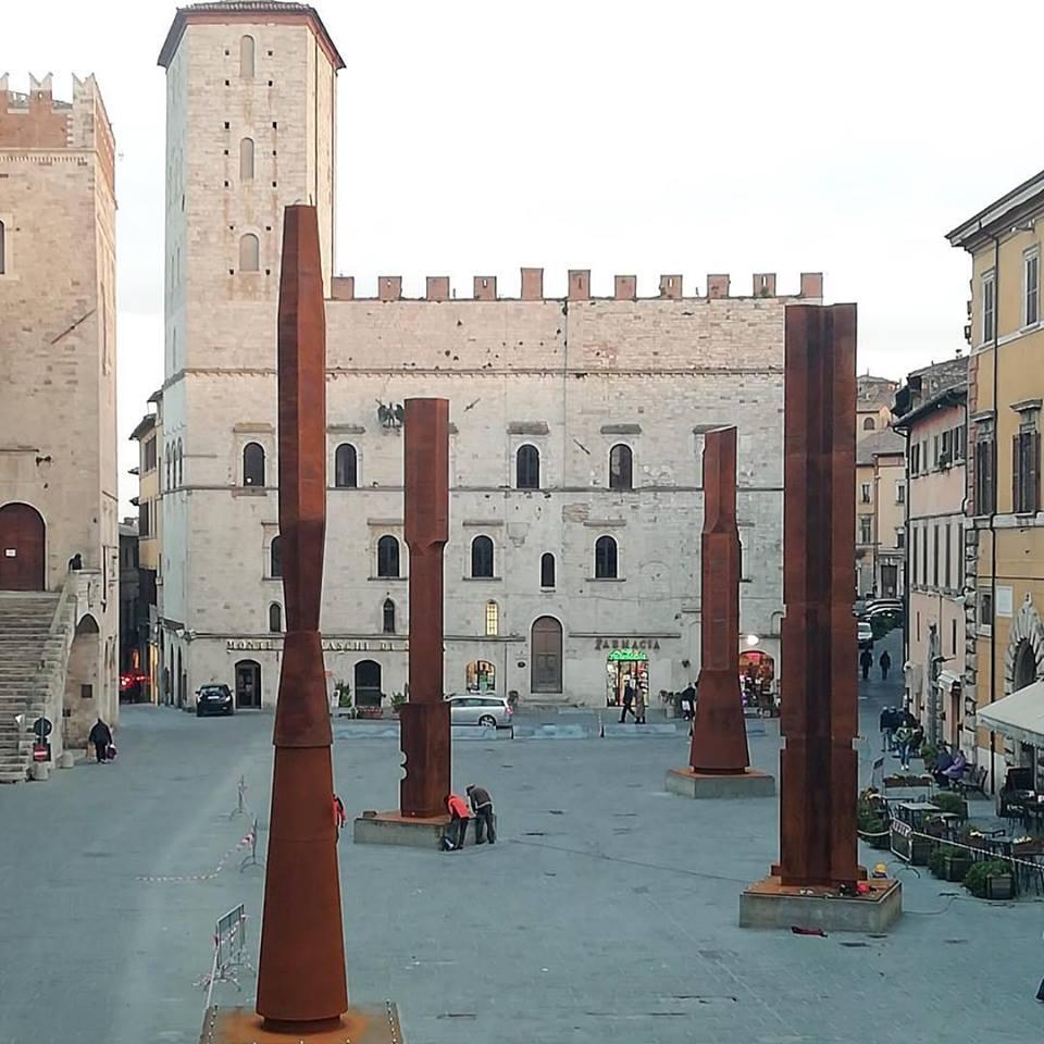 Todi, le colonne di Beverly Pepper installate in piazza del Popolo