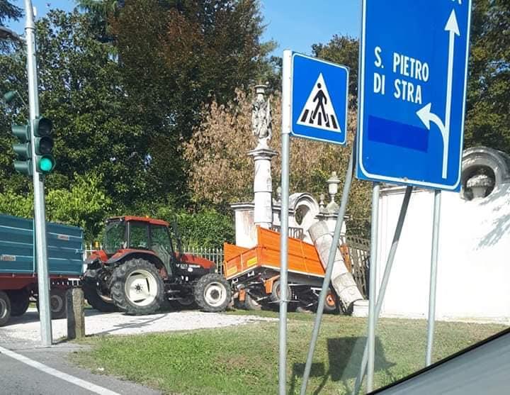 Un trattore abbatte colonna dell'ingresso settecentesco della Villa Pisani di Stra
