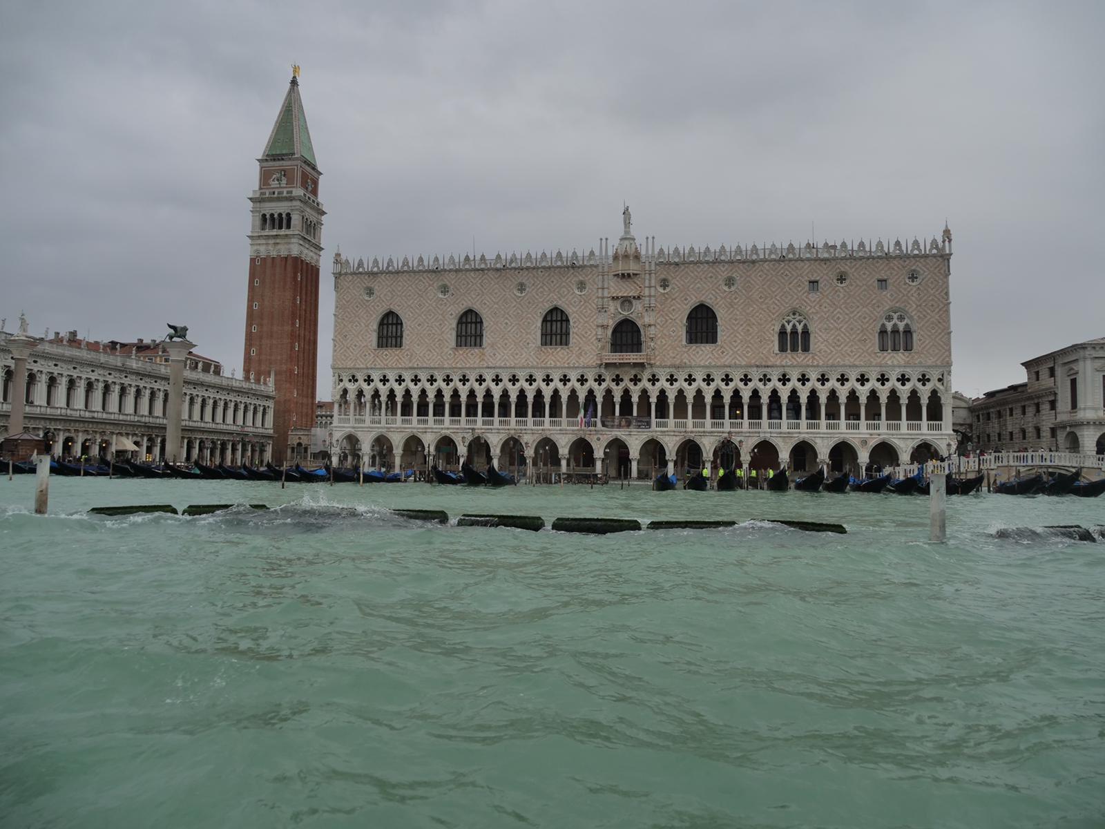 Venezia, oggi ancora acqua alta, toccati i 154 cm, San Marco chiusa. Il Comune apre un conto per gli aiuti